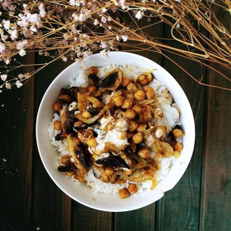 Assiette gourmande avec du riz : oignons, pois chiches, riz blanc, champignons