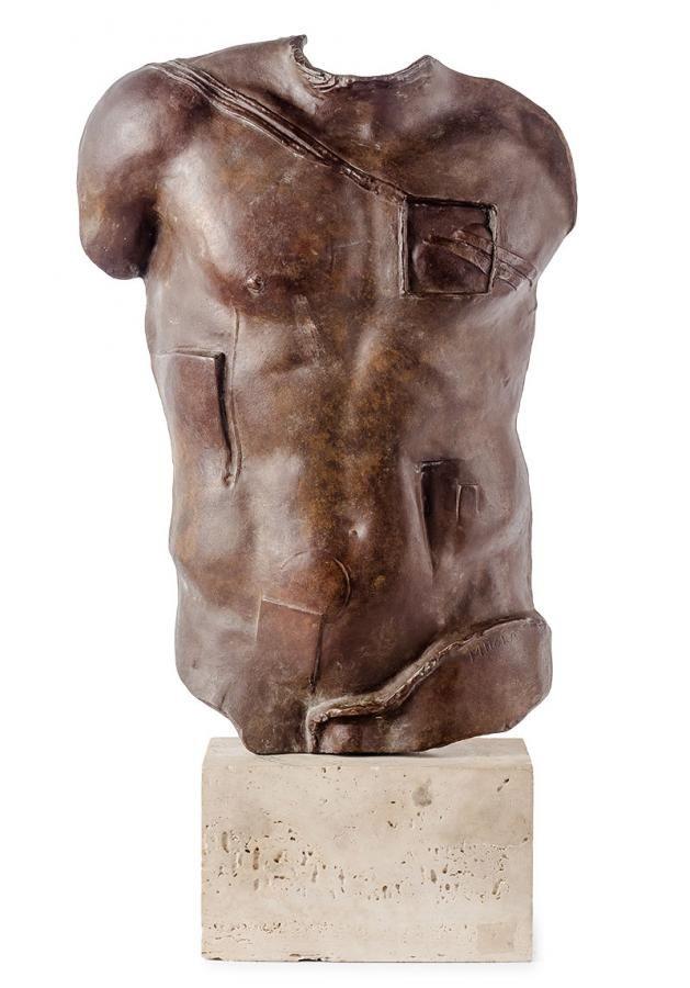 Igor Mitoraj - Perseusz brąz patynowany, wys. 38 cm, podstawa wym.: 10,5 × 17 × 10 cm sygn. p.d.: MITORAJ, z tyłu numer edycji: B 128/1000 Do rzeźby dołączony certyfikat artysty z 1988 r.