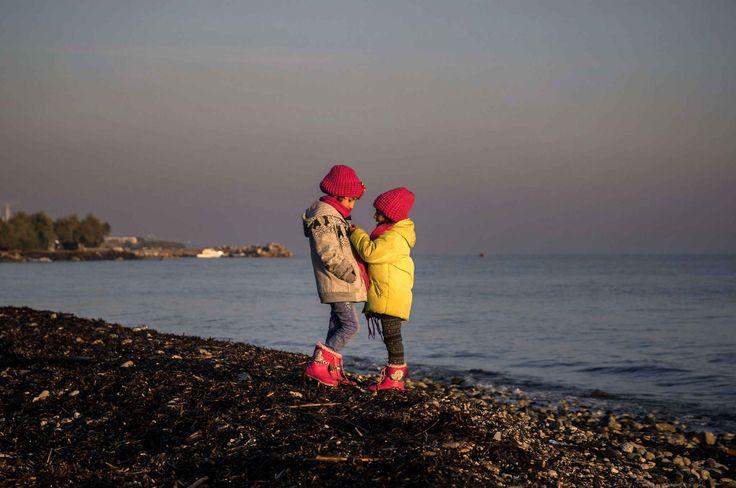 12-12-15 / Deux jeunes sœurs syriennes jouent sur une plage non loin de Mytilene