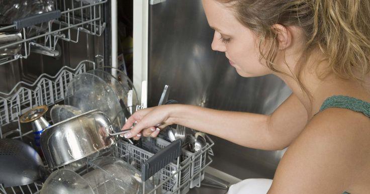 Cómo limpiar la bomba de un lavavajillas. Las dos partes principales de un lavavajillas que permiten que el agua circule por el aparato son la bomba y el motor. Ambas partes se encuentran bajo el brazo rociador inferior. Aunque la bomba es muy importante para el funcionamiento del lavavajillas, muchas veces se puede obstruir con alimentos o detergente. Para limpiarlo tendrás que desmontar ...