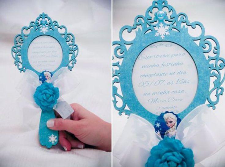 """Esse é um modelo mais sofisticado de convite para Festa Infantil Frozen. Pode ser colocado dentro de uma caixa personalizada e com """"flocos de neve"""" feitos de isopor. Fonte Elo7."""