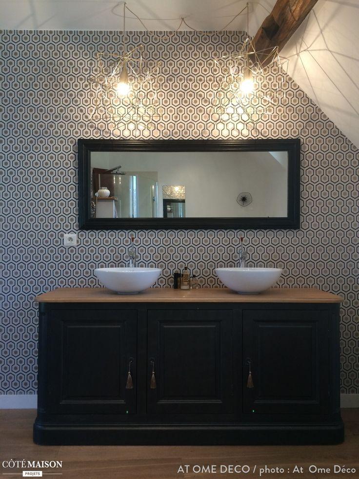 Une salle de bains à l'esprit graphique et moderne.
