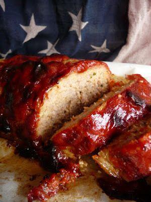 Polpettone Americano  Ingredienti: 500gr.di carne di manzo macinata 3 fette di pane 100ml.di latte 50gr.di grana 2 uova 1 manciata di prezzemolo tritato 150gr.di pancetta arrotolata a fette sale per la salsa: 4 cucchiai di ketchup 2 cucchiai di senape 2 cucchiai di zucchero di canna