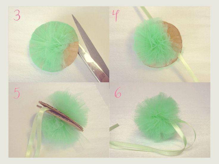 In questo tutorial vi mostro come fare una semplice decorazione utilizzando il tulle.   Realizzare questi pon pon è molto facile, il tu...