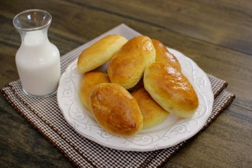 Bulochki (Russian Yeast Rolls) with an Apple Filling