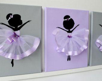 Conjunto de tres lienzos hechos a mano con bailarinas bailando en tutús púrpura y lavanda.  Cada lienzo es de 8 X 10. El fondo y las bailarinas están