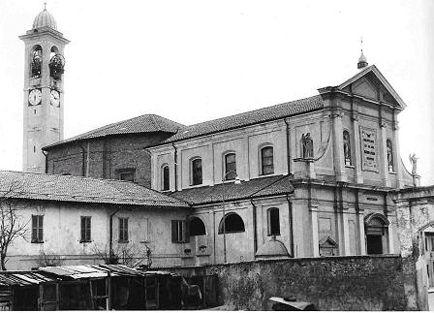 La Chiesa parrocchiale con la vecchia canonica (anno 1973) | Bareggio
