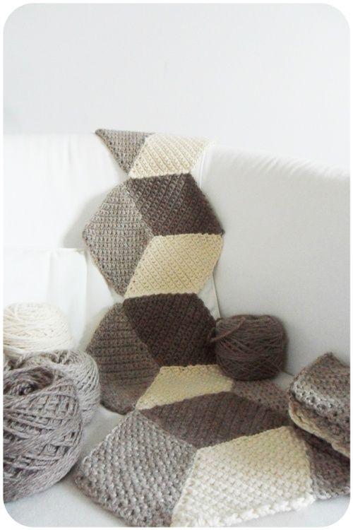 Vasarely blanket (tuto ici : http://leblogpurple.files.wordpress.com/2013/03/tuto-c3a0-tc3a9lc3a9charger-cal-vasarely-blanket1.pdf)