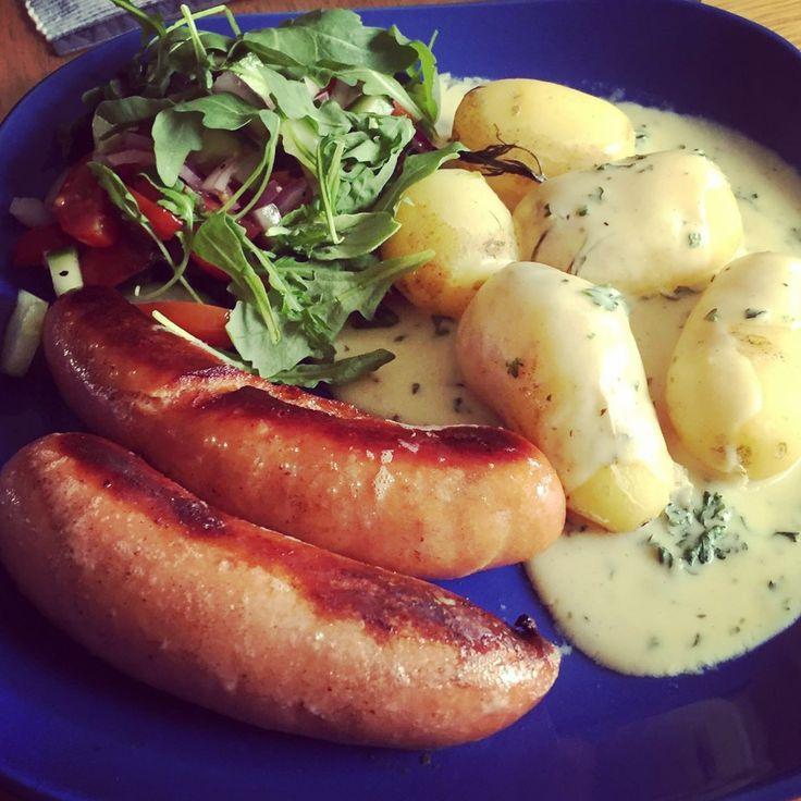 En klassiker bestående av stekt tjock frukostkorv med färsk potatis, senapssås med grönsaksfond & persilja och en blandsallad med ruccola, gurka, körsbärstomater & röd lök!👨🍳👍🥔🔪🍽😀😍🍴🥄🐖🌭🥒🍅 #masseskök #maceingkitchen #lunchtips #middagstips #dinnersuggestions #husmanskost #husman #lunch #matblogg #matporr #foodporn #foodblog #massesmatblogg #buffebilden #tidningenbuffe #KingofHashtags