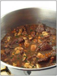 Hertenragout voor 4 personen. Wildstoverij (Wildpeper) met een saus op basis van de marinade. Een dankbaar recept voor als je bezoek hebt. Smakelijk!