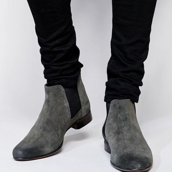 Esta temporada las Chelsea Boots van a ser protagonistas de los clósets tanto femeninos como masculinos. Este post lo queremos dedicar a ayudar a nuestros lectores hombres, con algunas ideas de cóm…
