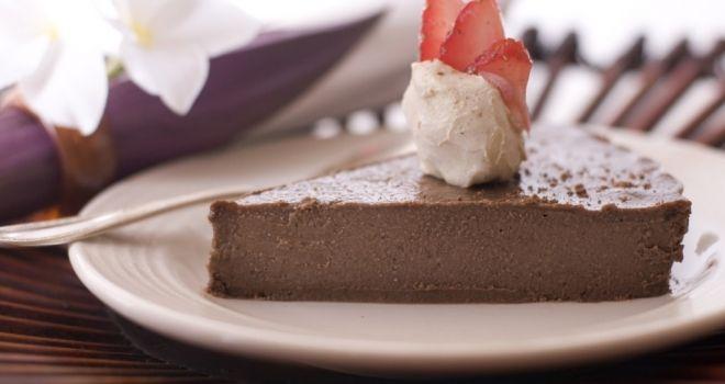 Шоколадный торт без выпечки - 350 г сухого печенья (смешивают с шоколадом и белый) 190 грамм шоколада около 100 мл молока полстакана рома (по желанию) 60 г тертого кокосового ореха (по желанию)