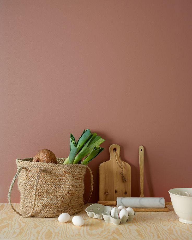 Fargen 2856 Warm Blush fra Jotun er lett å forelske seg i – og vanskelig å glemme! Den varme duse rødtonen har hint av rosa og minner litt om en god rouge. Den du ikke kan forlate huset uten. Sammen med en frisk grønntone kommer den enda bedre frem.