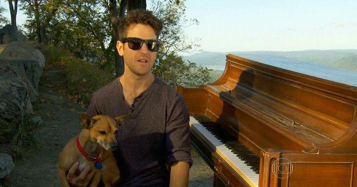 Músico vende tudo e roda o mundo tocando piano em paisagens incríveis