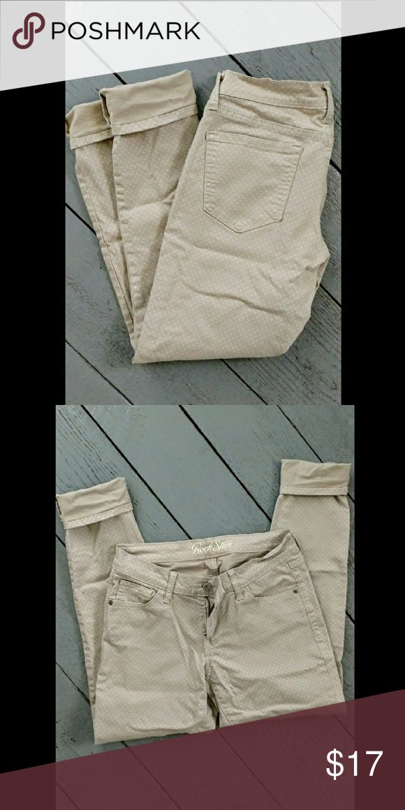 Old Navy khaki skinny jeans jeggings Adorable tan skinny ankle pants. Great condition Old Navy Pants Skinny