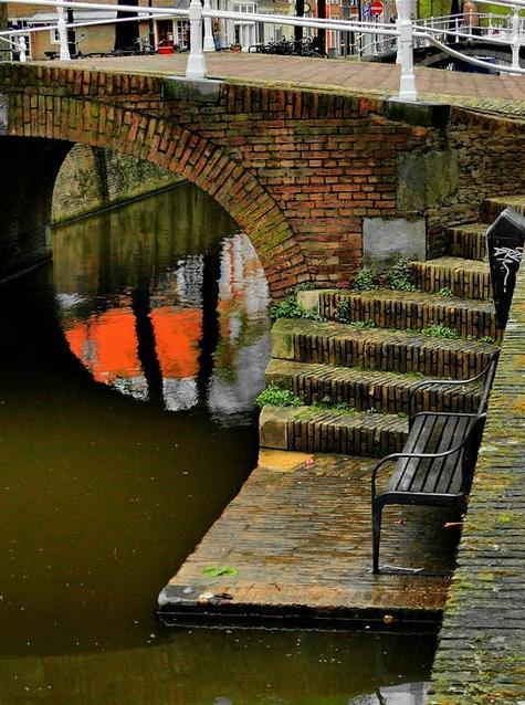Delft - brug met trap voor toegang naar de (rondvaart) boten - gelegen tussen de achterkant van de Oude Kerk en de Choorstraat