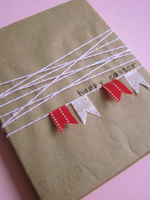 Inpakken diy inpakpapier met vlaggetjes. gift wrap bunting -- try with washi/ text / scraps