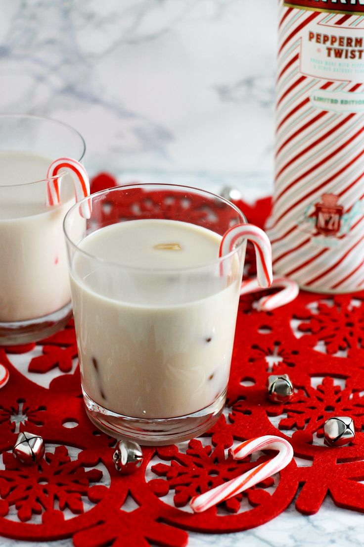 This peppermint white russian is the PERFECT holiday cocktail.....easy to make and it tastes amazing!