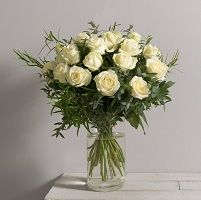 Bouquet de roses blanches : Symbole : La rose blanche exprime par-dessus tout la pureté et la sincérité des sentiments, mais aussi l'amour chaste, l'attachement et la paix. Elle peut être offerte en de nombreuses circonstances, son message n'étant pas nécessairement amoureux. A qui l'offrir ? Elle est idéale pour féliciter de jeunes mariés, ou une personne qui entame un nouveau départ. Elle peut également exprimer un amour naissant ou sincère, mais attention : son message peut être aussi «…