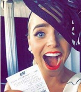 """Unamujer de Australia terminó sin premio y con las manos vacías luego de presumiera en Facebook que había ganado una carrera de caballos, mostrando el boleto premiado, y uno de sus contactos locanjeara antes que ella. Winner, winner, chicken dinner"""" (expresión en inglés para mostrarse feliz al haber ganado algo), escribió Chantelle en su perfil […]"""