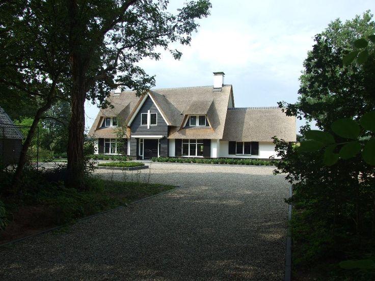 Lang hoefden de bewoners van deze rietgedekte villa niet te wennen. Vanaf dag één was het hun thuis. Dat kan ook bijna niet anders op deze mooie plek.