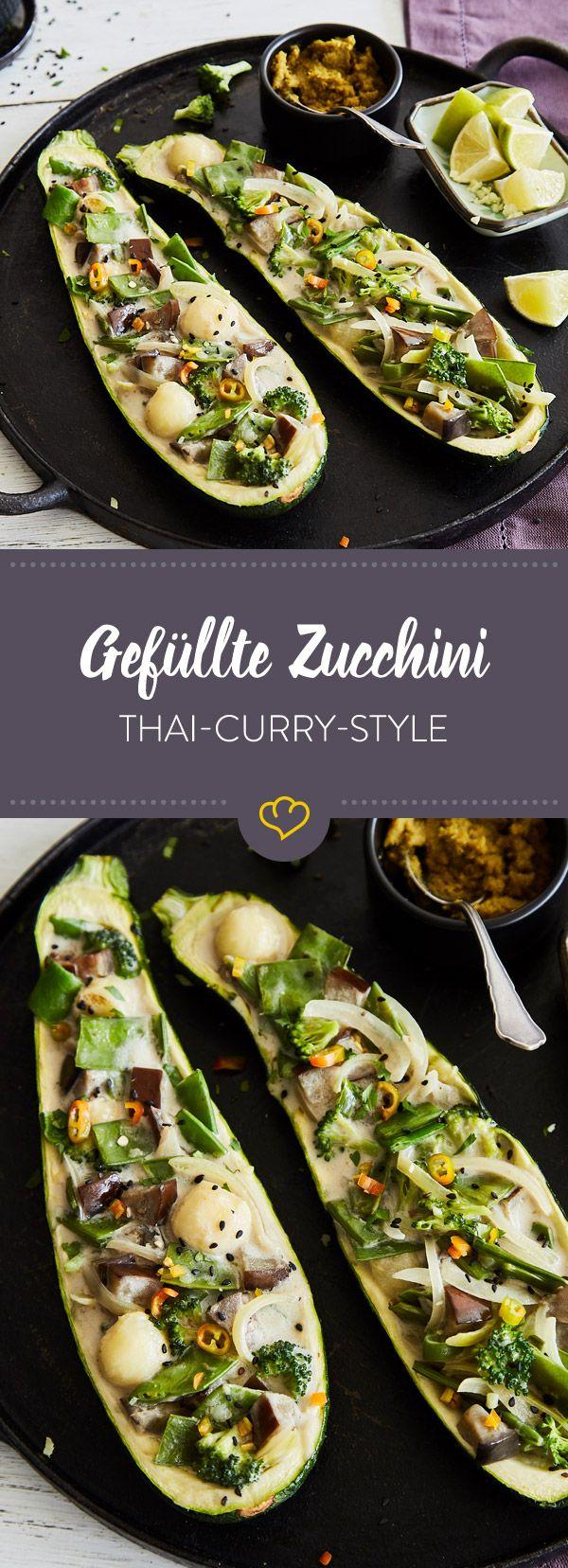 Das Gericht ist eine Abwandlung der traditionellen grünen Thai-Currys, das mit viel Gemüse in einer Zucchini aus dem Backofen serviert wird.