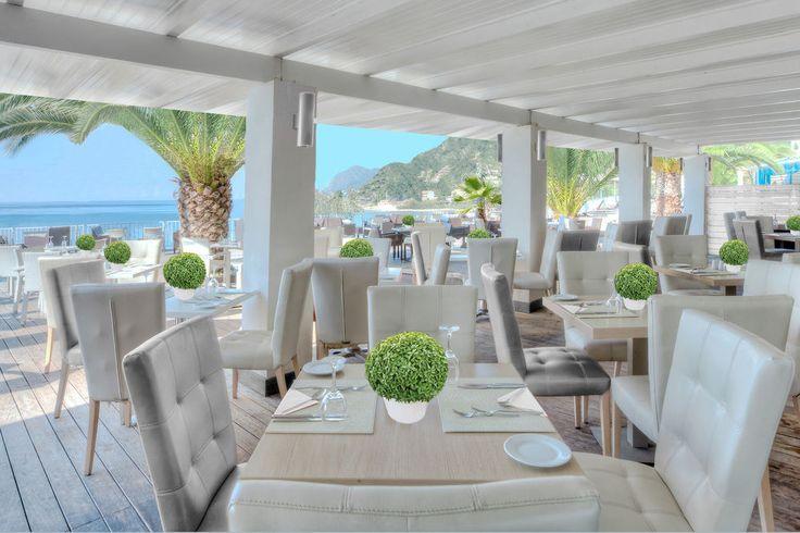 """Pored glavnog restorana u kome se služe jela mediteranske, internacionalne i vegetarijanske kuhinje, hotel ima """"a la carte"""" restoran, suši bar, kao i bar pored bazena. #travelboutique #Corfu #Krf #Greece #putovanje #letovanje #odmor"""