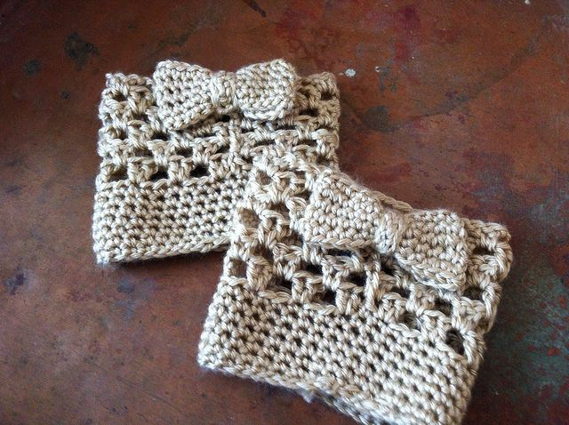 Bow Boot Cuffs: free crochet pattern These are adorable! I might make them a little longer to cover a little more of the hands to better warm them.