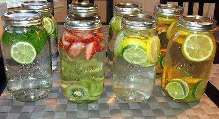 Heerlijk gezonde en verfrissende drank,home made vitamine water! Doe wat vruchten in een kan,duw erop met houten lepel,laat het 1-2 uur staan zodat de vruchten in het water trekken,zet in de koelkast of laat het een nacht in de koelkast staan,om het extra verfrissend te maken kun je ook altijd munt toevoegen. • Citroen en munt • Aardbeien en kiwi • Appel en ananas • Citroen en limoen • Watermeloen en mango.