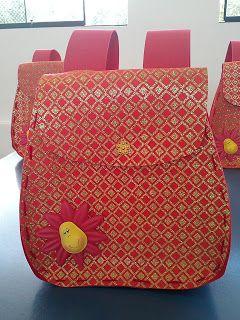 Simpática mochila para las nenas elaborada en goma eva y con la flor termoformada.