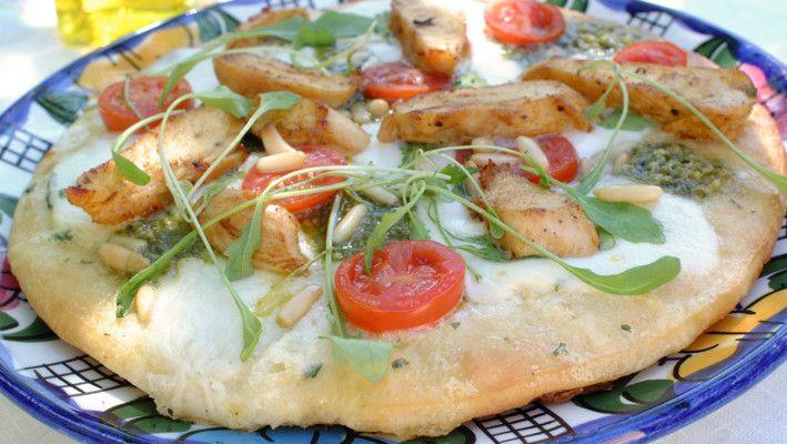 Pizza med kylling, morzarella & pesto