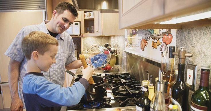 Cómo ajustar la temperatura del horno en una cocina Whirlpool. Las cocinas Whirlpool están equipadas con menúes electrónicos para el funcionamiento del horno. Puedes seleccionar diferentes opciones y modos mediante los controles del panel táctil en la parte frontal de la unidad. Entre los modos se incluyen la auto-limpieza, el horneado por convección y el horneado convencional. Sigue unos sencillos pasos para ...