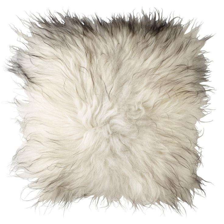 design: by nord  farge: varierer fra pute til pute  materiale: 100& Organic Icelandic Sheepskin  mål: 50*50cm  detaljer: med glidelås på bakside  selges kun komplett  obs: fargen avviker fra bildet. I virkeligheten er pelsen mørkere