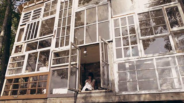 En hel facade af brugte vinduer. Læs mere på http://norubbish.dk/2013/10/en-hel-facade-af-brugte-vinduer/
