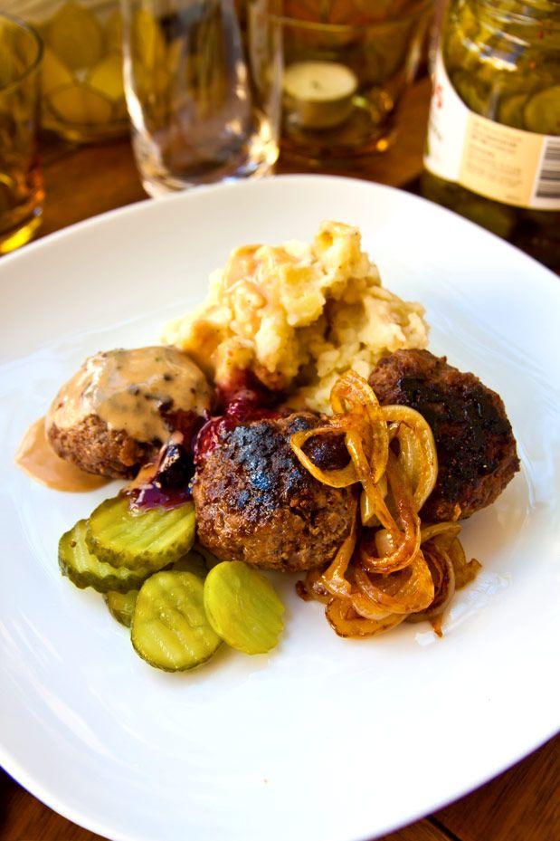 Hemlagade köttbullar med potatismos, gräddsås och stekt lök, lingonsylt och inlagd gurka