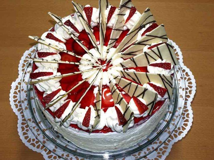 Festliche Erdbeertorte: Erdbeertorte mit schicker Schokolade-Dekoration
