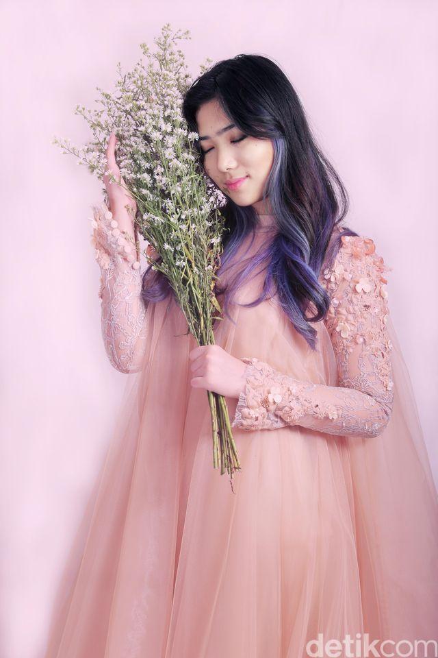 Like a Princess! Cantiknya Isyana Sarasvati di Antara Bunga-bunga