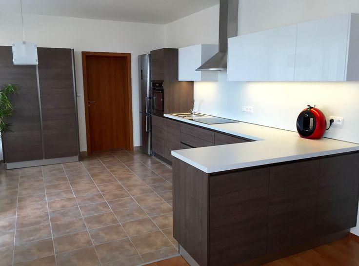 Moderní kuchyň bezůchytkové otvírání  Šedý dub Bílý lesk