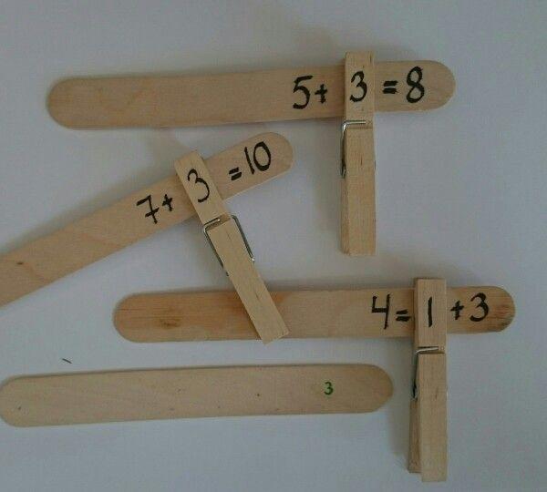 Matematikk, addisjon og subtraksjon øvelser med klesklyper og ispinner