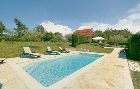 Gornji Pizoni  Het huis is gelegen op groot grondstuk. Het bevindt zich in de heuvels niet ver van de Groznjan en het oude Motovun en u kunt ten volste genieten van absolute privacy. U bent omgeven door olijfbomen fruitbomen en druivenranken. De lavendelplantage op het landgoed wordt door de eigenaar gebruikt voor de productie van cosmetica. In de tuin vindt u een zwembad en een ontspannende whirlpool. Voor de privacy staat er een heg. Voor de comfotabele woonkamer ligt een mooi overdekt…
