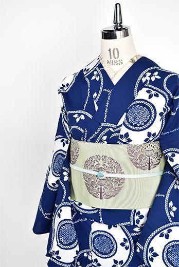 紺色に近いスモークがかった深みのある青の地に、白一色で染め出された鼓文様が雅やかな注染レトロ浴衣です。