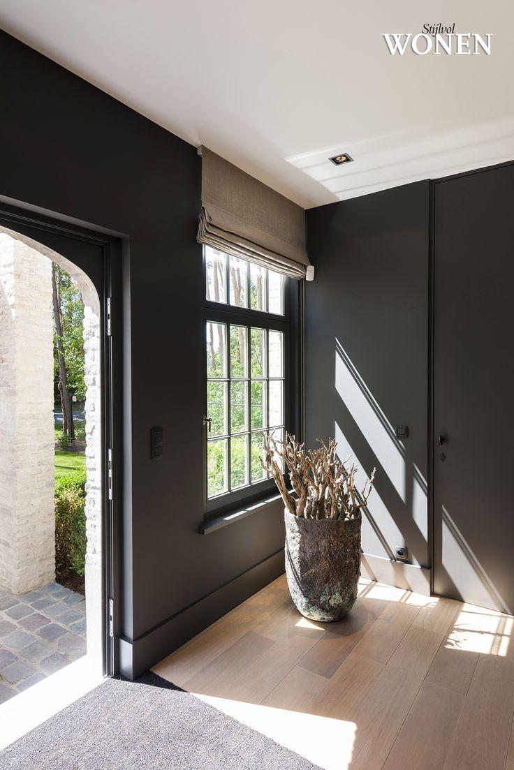 Stijlvol Wonen - ontwerp: Oscar V - fotografie: Luc Roymans #hal #zwart #stores #maatkast #blackwhite