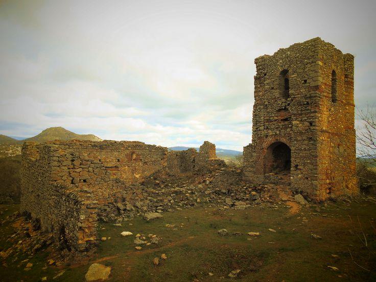 Castillo de Bayuela. Ruinas de la iglesia de Nuestra Señora de la encarnación en el Cerro del Castillo.