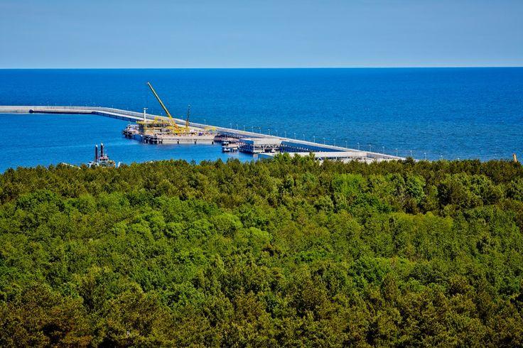 Platforma technologiczna znajduje się na falochronie, w odległości 300 m od brzegu. http://lng.edu.pl #falochron #fale #morze #woda #baltyk #baltic #sea