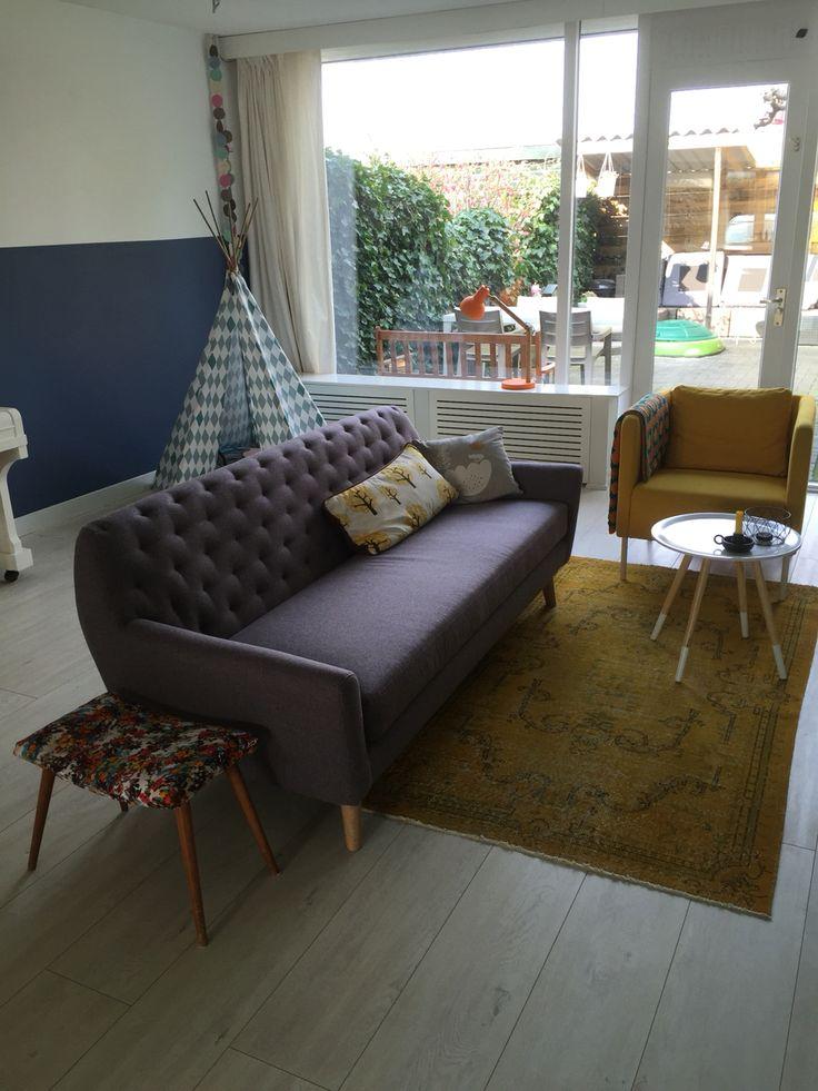 Tipitent als speelhoek. Paarse sofa van sofacompany. Okergele rozenkelim. Geverfde lambrisering op de muur is kleur blueberry dream.