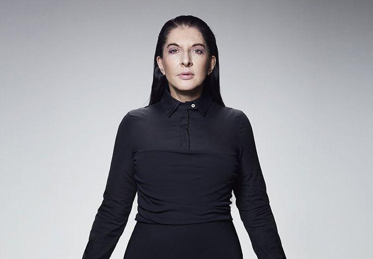 """Em uma entrevista ao jornal alemão Tagesspiegel, a artista performática Marina Abramovic afirmou que fez três abortos durante sua vida, pois, segundo ela, ter filhos teria sido """"um desastre para o seu trabalho"""". """"Eu fiz três abortos porque estava certa de que ter filhos seria um desastre para o meu trabalho. Uma pessoa tem uma energia limitada e eu teria que dividi-la"""", declarou. Aos 69 anos, Marina é famosa por ter dedicado mais da metade de sua vida à arte performática. De acordo com ela…"""