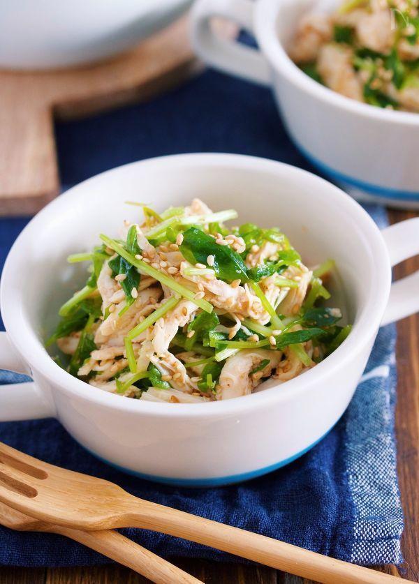 鶏ささ身と豆苗を使った  レンジ&ワンボウルでできる  やみつき副菜♪    作り方は、とーっても簡単!!    鶏ささ身に下味をつけて  レンジでチンして蒸し鶏に。    あとは、チンしたボウルに  豆苗とごまたっぷりの中華だれを加えて  混ぜ合わせたら出来上がりです♪    鶏ささ身と豆苗という  淡白食材同士の掛け合わせですが    風味抜群の中華だれのお蔭で  ボウルごと抱えて食べたくなること  間違いなしですよ〜♡