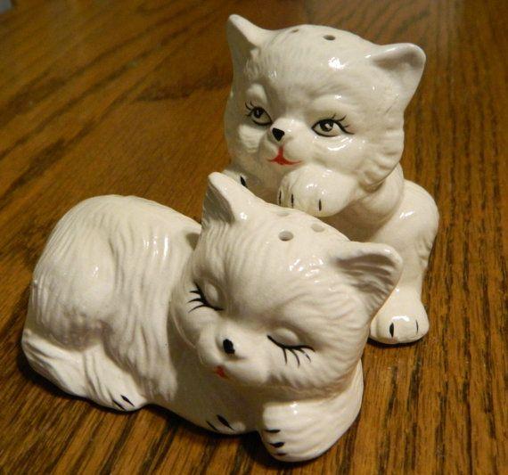 Een Vintage paar van porselein Kitty Salt and door ZiggyzAttic