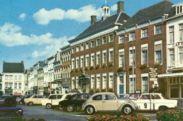 De Grote Markt in Breda, ergens in de jaren 70. Toen parkeren nog toegestaan was ...