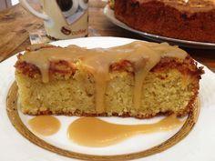 Αμυγδαλωτό κέικ με μήλο και σως καραμέλας-βουτύρου